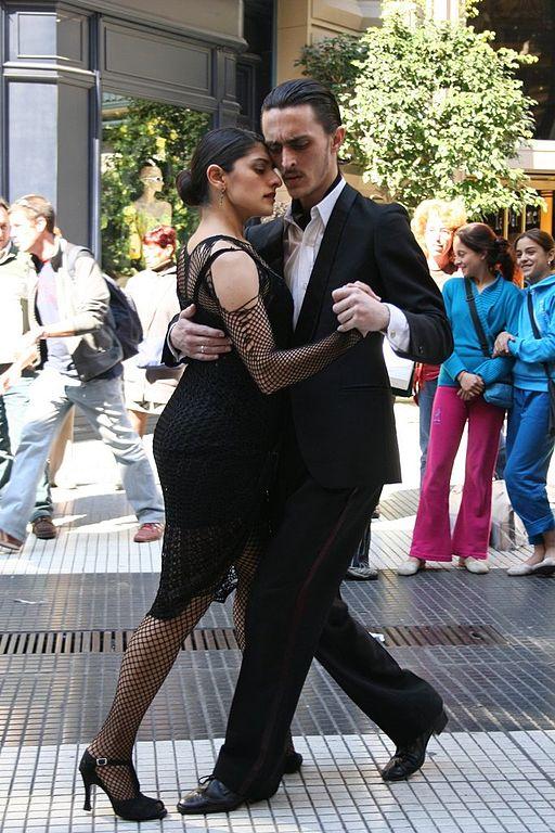Ein Tanzpaar in den Straßen von Buenos Aires